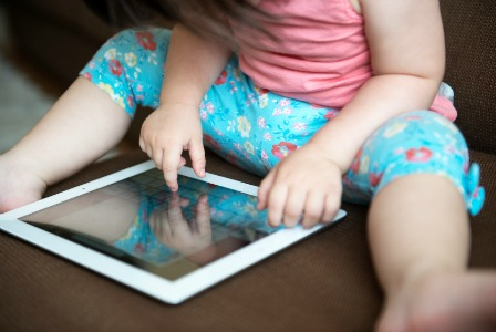 toddler-with-ipad_gvjhi41